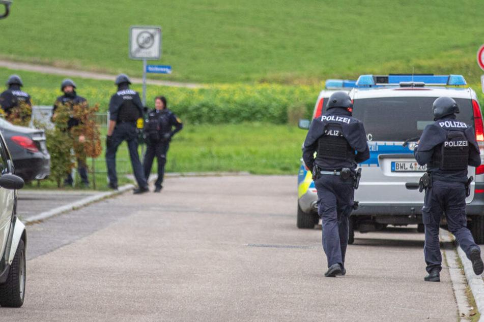 Polizisten sind vor Ort im Einsatz.