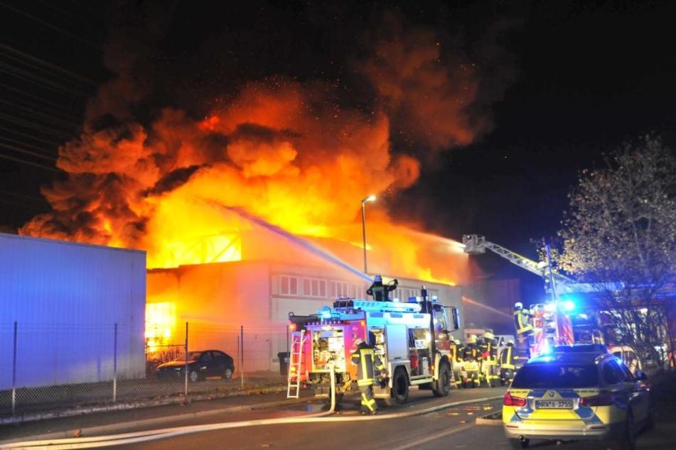 Während der ersten Einsatzmaßnahmen kam es zu mehreren Explosionen im Gebäude.
