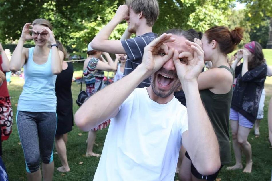 Haha: Die Teilnehmer setzten ihre Lach-Brillen auf.