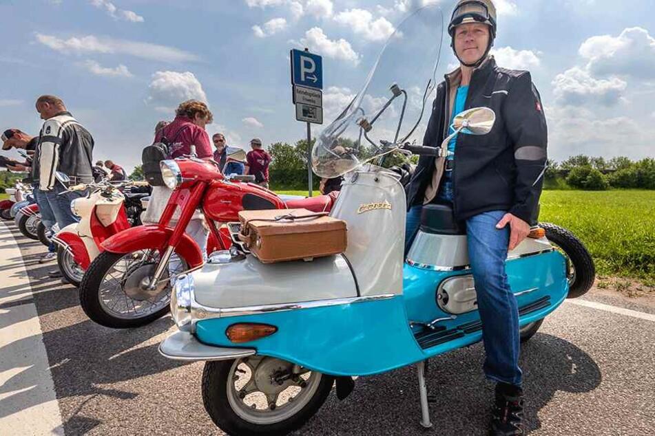 Olaf Böbber (54) kommt aus Gütersloh mit seinem Motorroller Cezeta 502, Baujahr 1960.