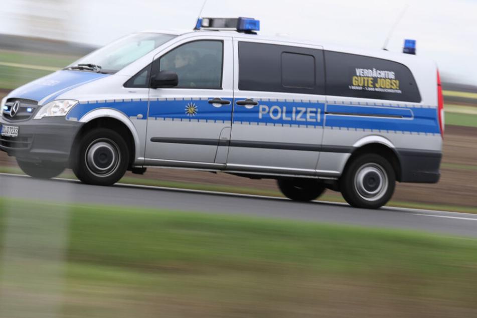 Ein Polizeiauto auf dem Weg zum Einsatz (Symbolbild).