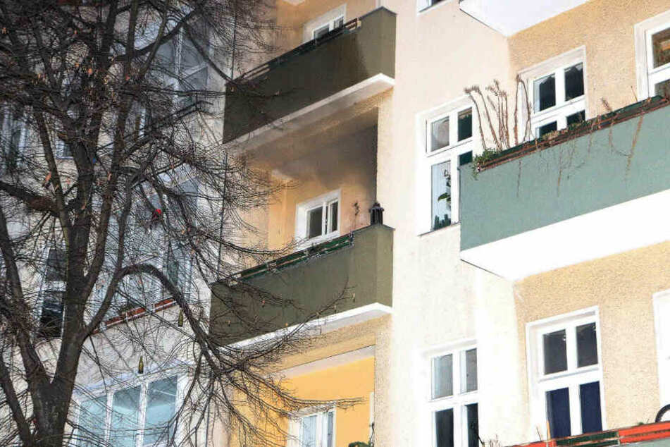 Rauch kommt aus der brennenden Wohnung.