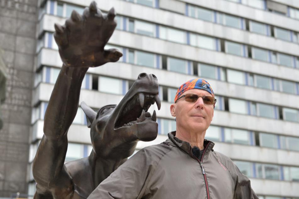 Der Künstler Rainer Opolka stellt seine Wolfsskulpturen vor dem Karl-Marx-Monument auf .
