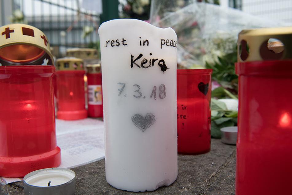 Vor der Eisschnellauf-Halle legten viele Menschen Kerzen und Rosen nieder.