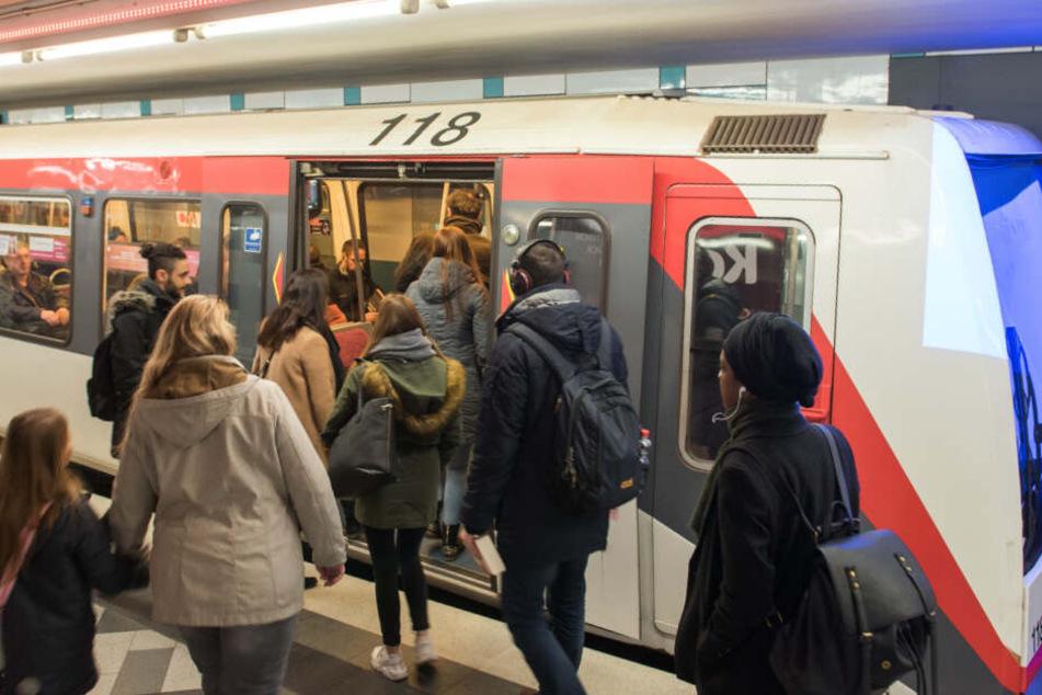 """Fahrgäste steigen im Hamburger U-Bahnhof """"Wandsbek Markt"""" in die Linie U1."""