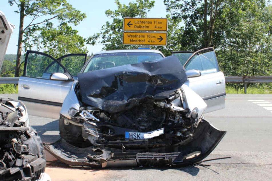 In dem Opel wurden alle drei Insassen verletzt.