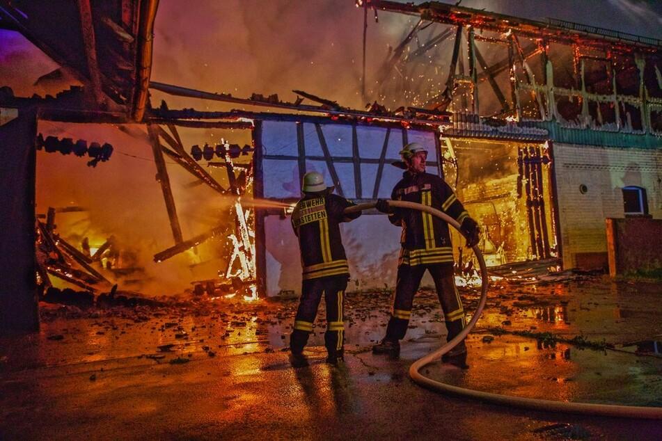 Feuerwehrleute beim Löschen des Brandes.