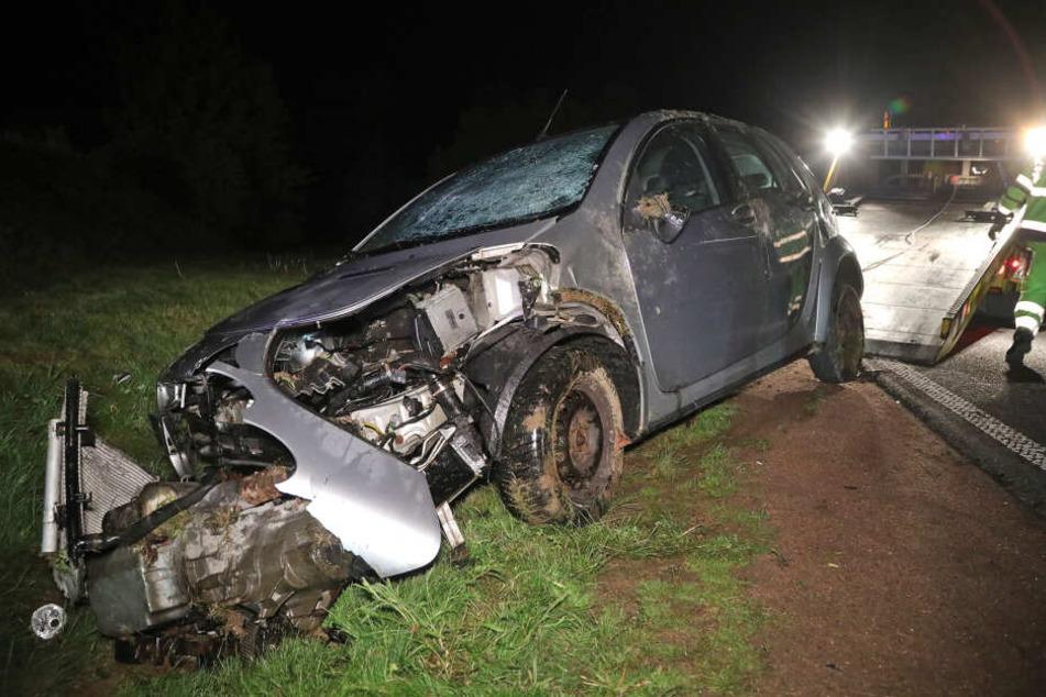 Der Fahrer prallte gegen ein Schild und überschlug sich.