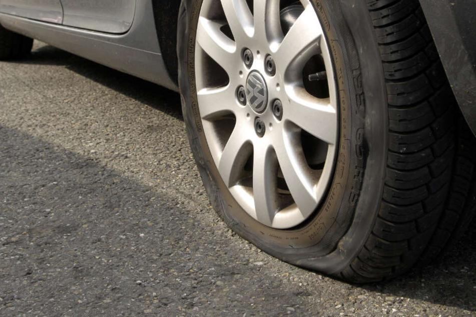 Nachdem sie einen platten Reifen hatte, wollte die Frau eben diesen austauschen. (Symbolbild).