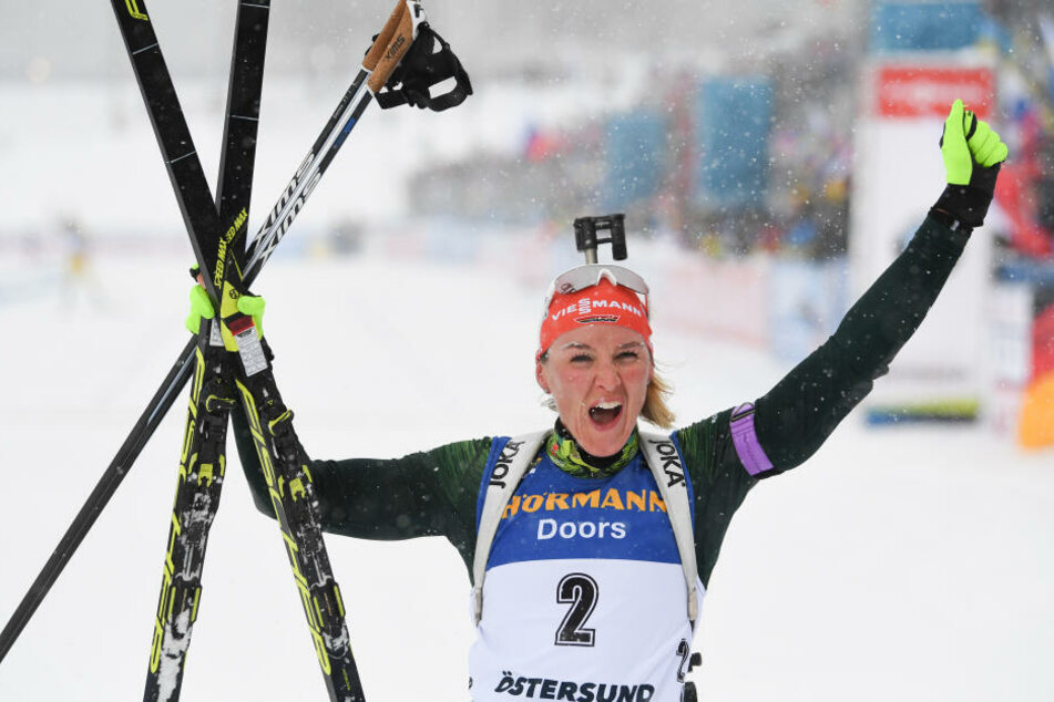 Nach 12,5 Kilometern Massenstart-Rennen jubelt Denise Herrmann im Ziel über Bronze.