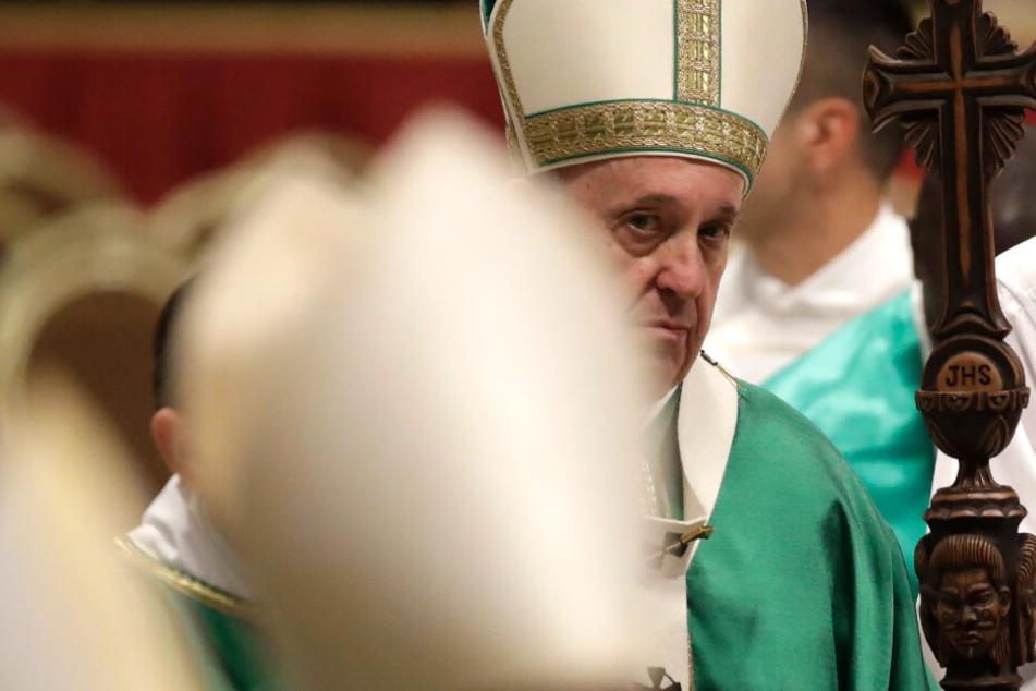 Papst Franziskus verlässt den Petersdom nach der Abschluss-Messe der Bischofssynode über die Amazonas-Region.