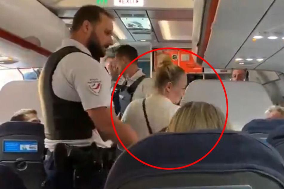Ladies first: Erst musste die blonde Frau gehen.
