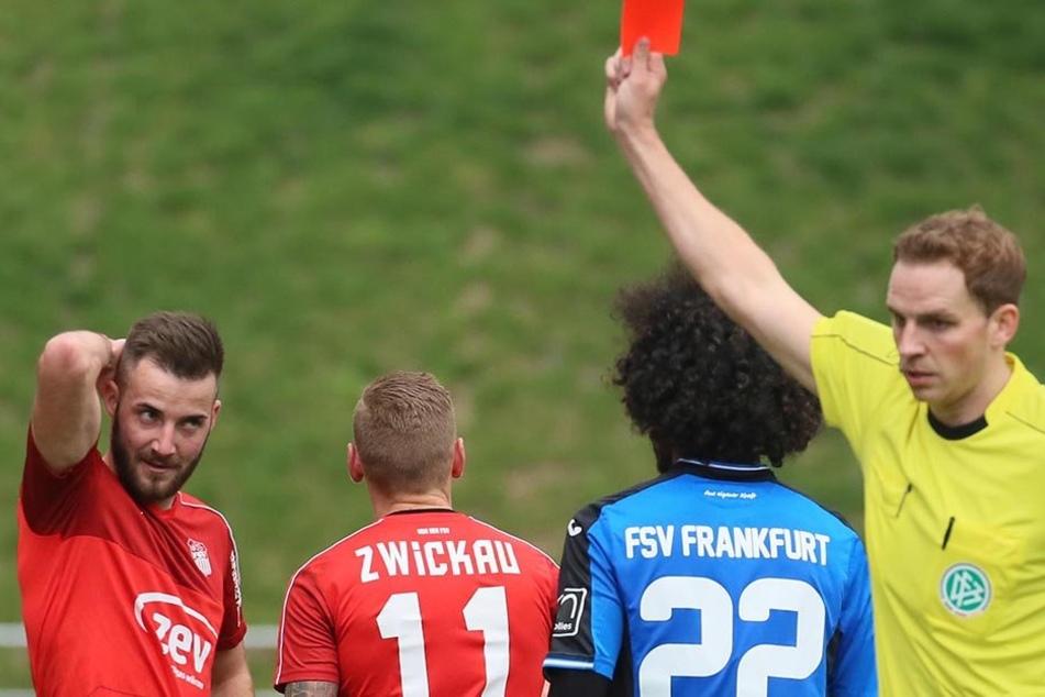Schiri Sören Storks zeigt M.P. Zimmermann (11) die Rote Karte.