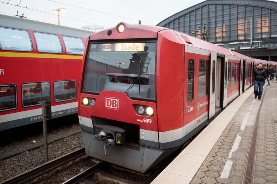 Am Hamburger Hauptbahnhof stehen die S-Bahnen still.