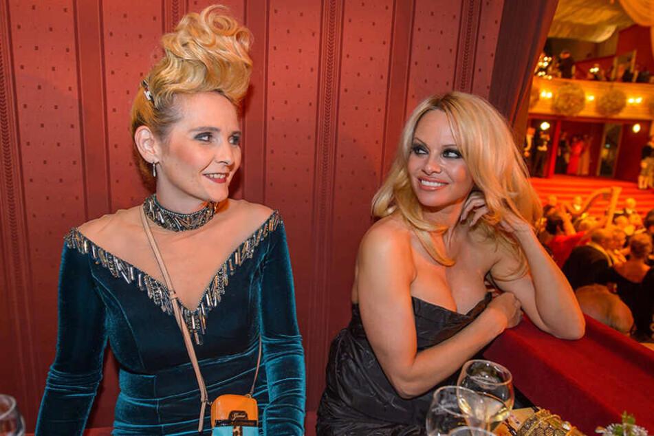 Selbst Pamela Anderson (49) war vom Schmuck der Fürstin (42) sichtlich angetan.