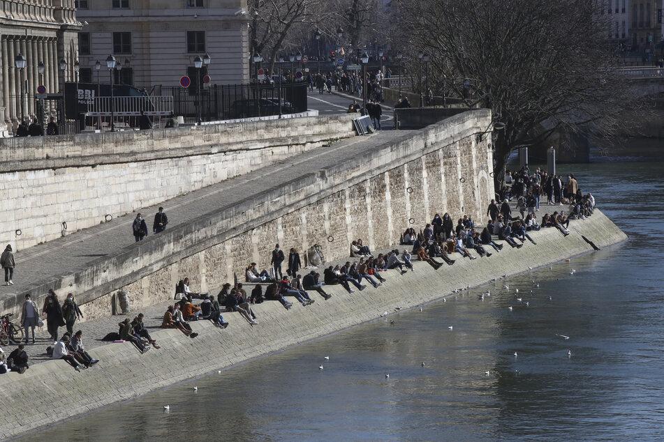 Viele Pariser nutzten das schöne Wetter am vergangenen Wochenende um an der Seine mal wieder Sonne zu tanken.
