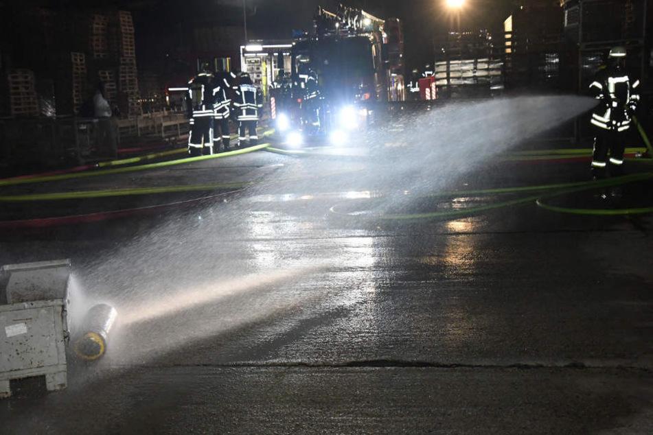 Eine Gasflasche wurde von der Feuerwehr gekühlt, damit sie nicht explodiert.