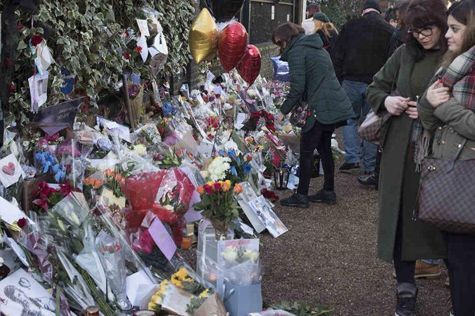 Vor George Michaels Haus wurden zahllose Blumen als Zeichen der Trauer niedergelegt.