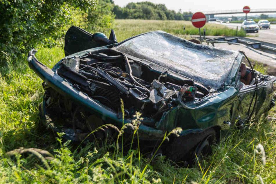 Der Wagen des Verstorbenen schoss unter der Leitplanke durch und wurde komplett zerstört.