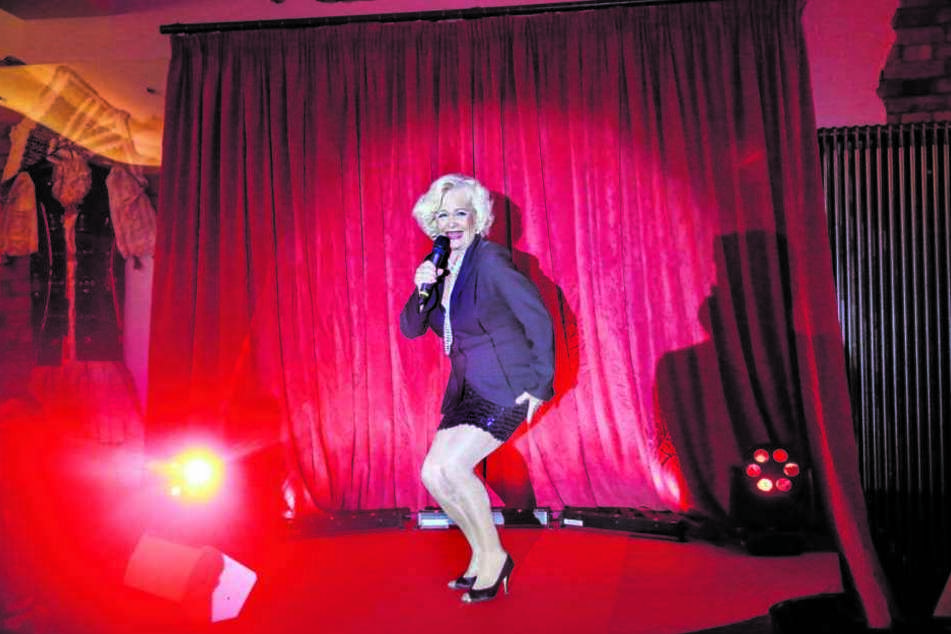 Dorit Gäbler (74) singt jetzt auch Schlagerhits. In einer neuen Dresdner Dinnershow brilliert sie neben einem Travestie-Künstler als Bühnenstar.