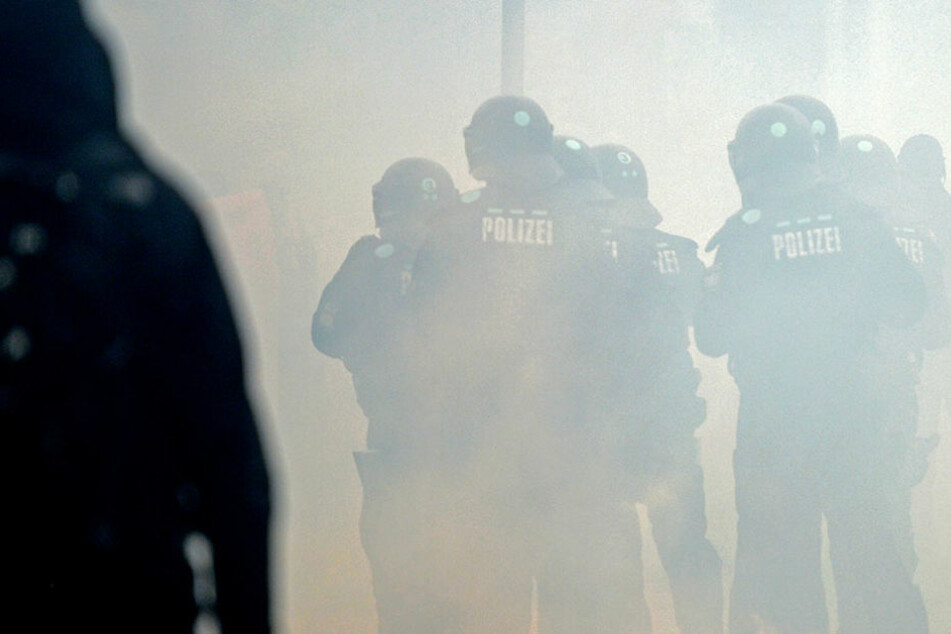 Die Polizei schließt einen politischen Hintergrund der Tat nicht aus. (Symbolbild)