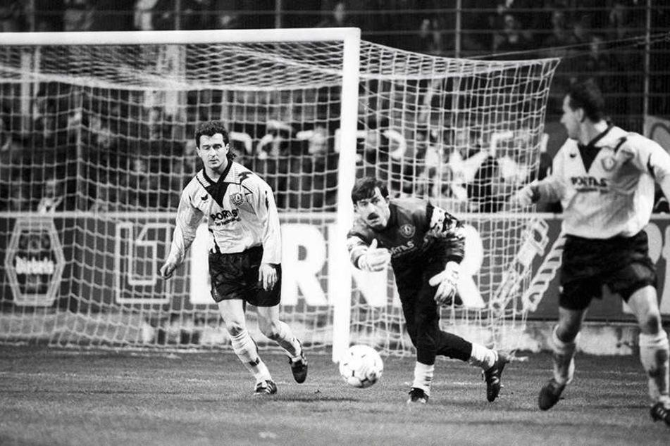57 Mal stand Stanislaw Tschertschessow im Dresdner Tor - hier 1994 im Bundesliga-Spiel gegen Kaiserslautern mit Hans-Uwe Pilz (l.) und Markus Kranz (r.).