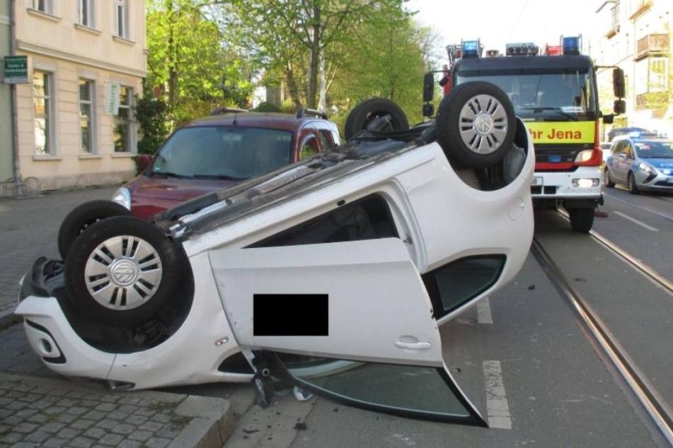 Der Kleinwagen blieb nach dem Unfall auf dem Dach liegen.