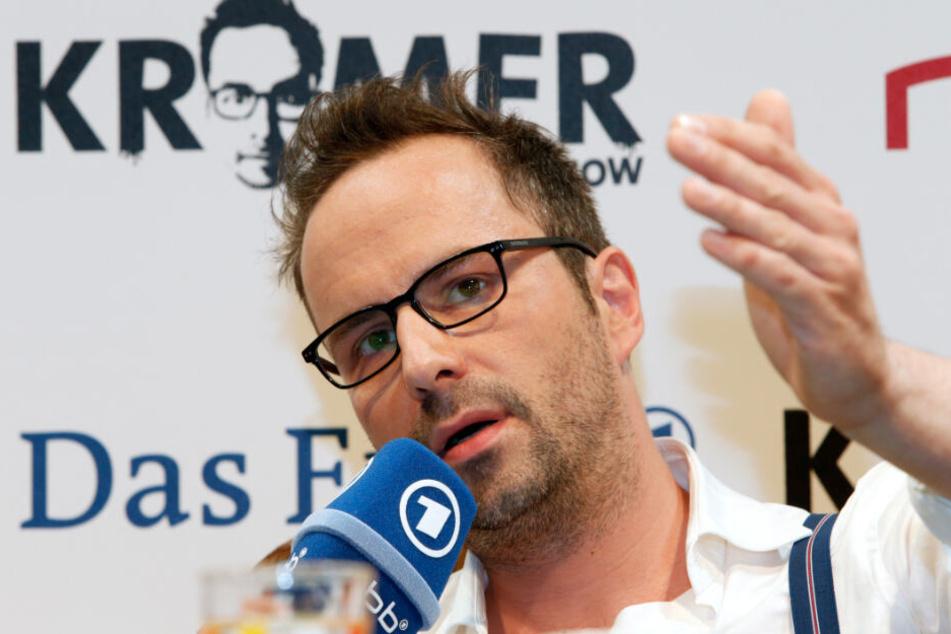 Komiker Kurt Krömer wählt bei einem Pöbel-Publikum den kurzen Entscheidungsweg.