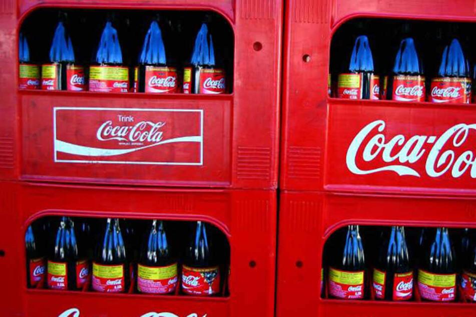 Wird Cola bald 20-30 Cent teurer? Verbraucherschützer und Kinderärzte fordern nun eine Steuer auf Softdrinks.