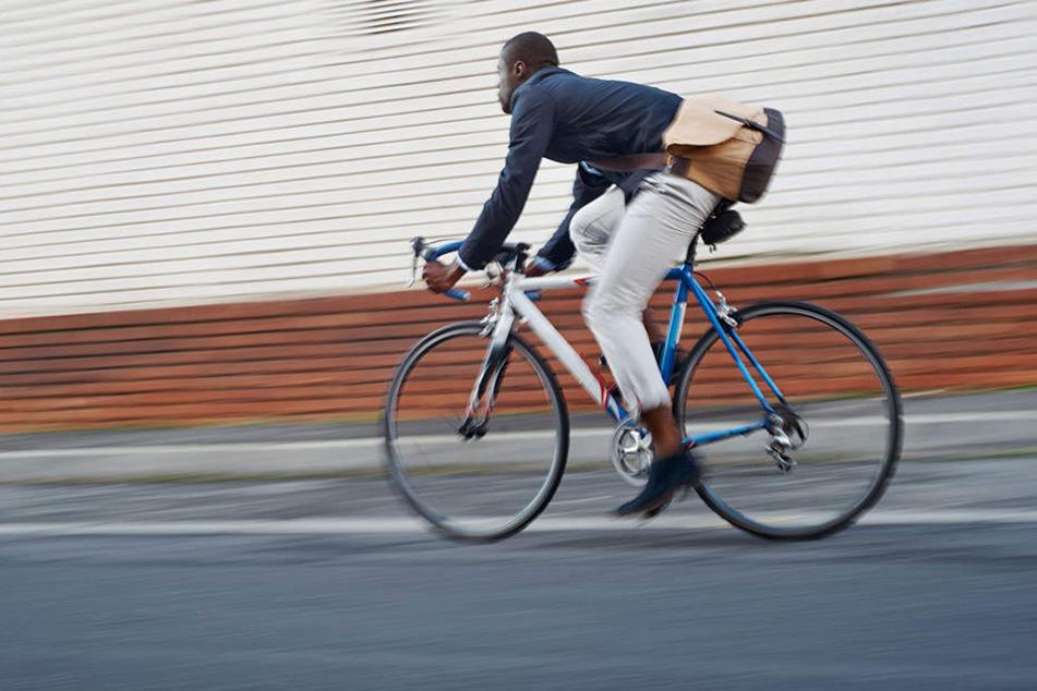 Ein Fahrradfahrer benutzte einen Gehweg entgegen der Fahrtrichtung, stieß dort mit einem Pizza-Auto zusammen und rastete aus. (Symbolbild)