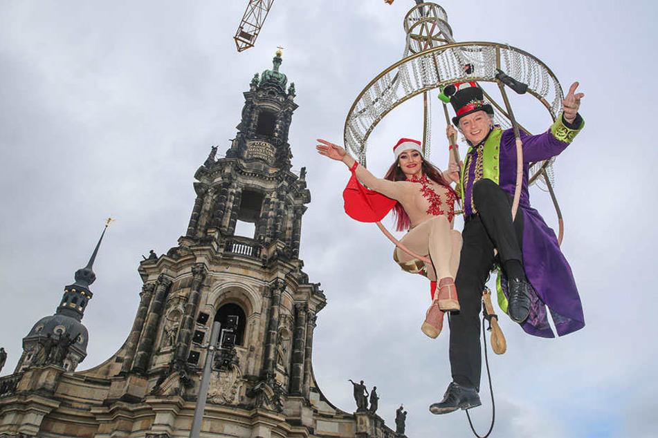 Kourtney Victoria und André Sarrasani genossen hoch oben vom Kronleuchter den Blick auf Schlosskirche, Semperoper und Elbe.