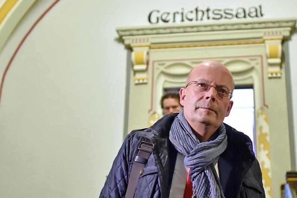Oberbürgermeister Bernd Wiegand wird schwere Untreue wegen überhöhter Bezahlung dreier enger Mitarbeiter vorgeworfen.