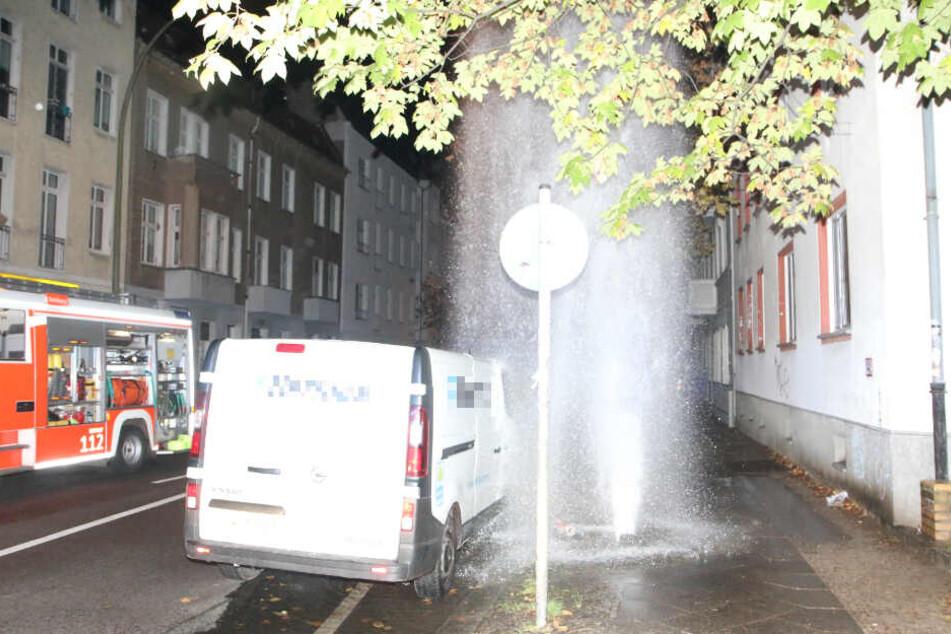 Nachdem das Wasser abgestellt wurde, konnten Feuerwehr und Polizisten den Transporter begutachten.