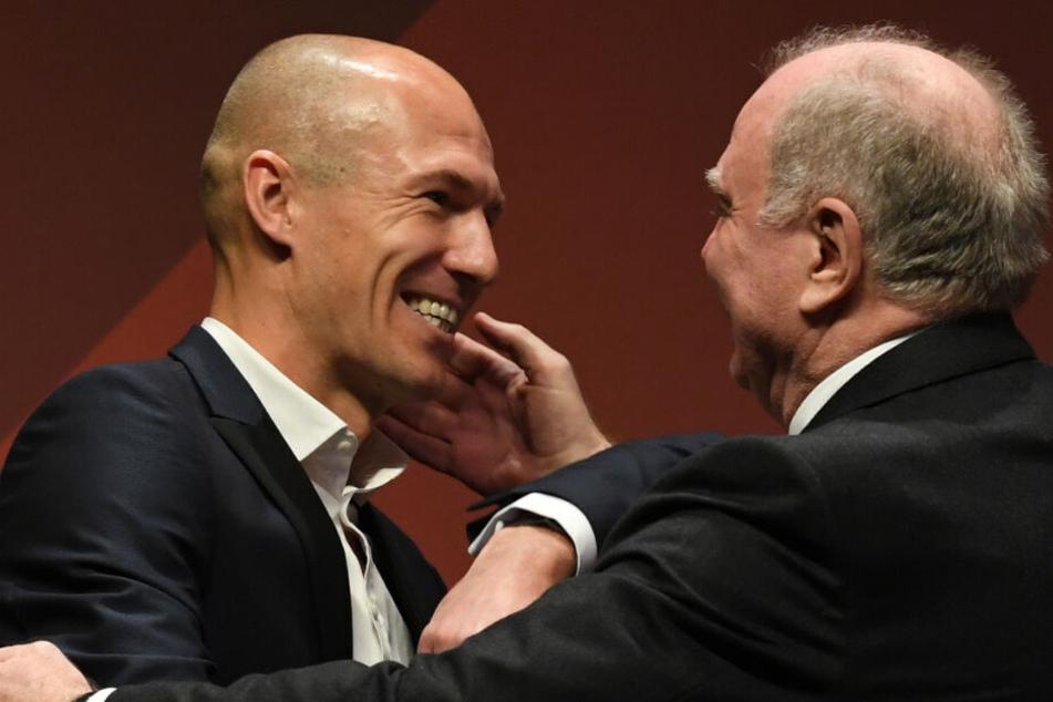 Überraschung für Hoeneß (r.): Unter anderem verabschiedete sich auch Arjen Robben von dem Bayern-Präsidenten.