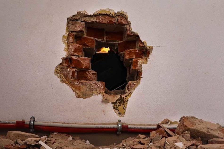 Die Ganoven stemmten ein Loch in die Zwischenwand, um beim Juwelier einzubrechen.