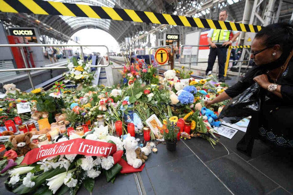 Nach der tödlichen Gleisattacke legten Anteilnehmende Blumen, Stofftiere und Kerzen am Unglücksort ab.
