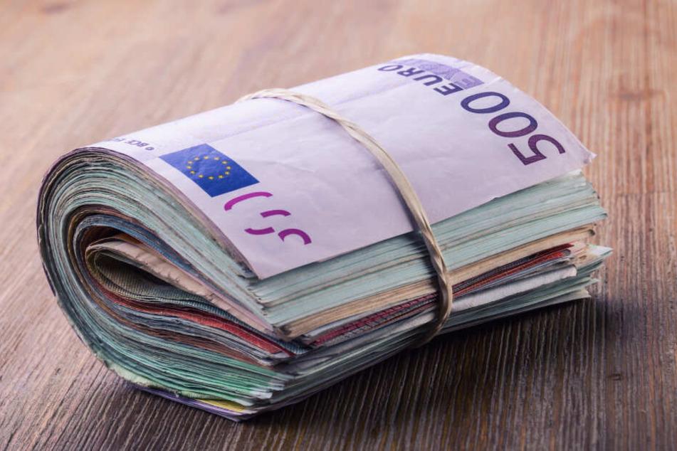 Das ganze Geld lag in einem Rucksack unter einem Baum in Krefeld. (Symbolbild)