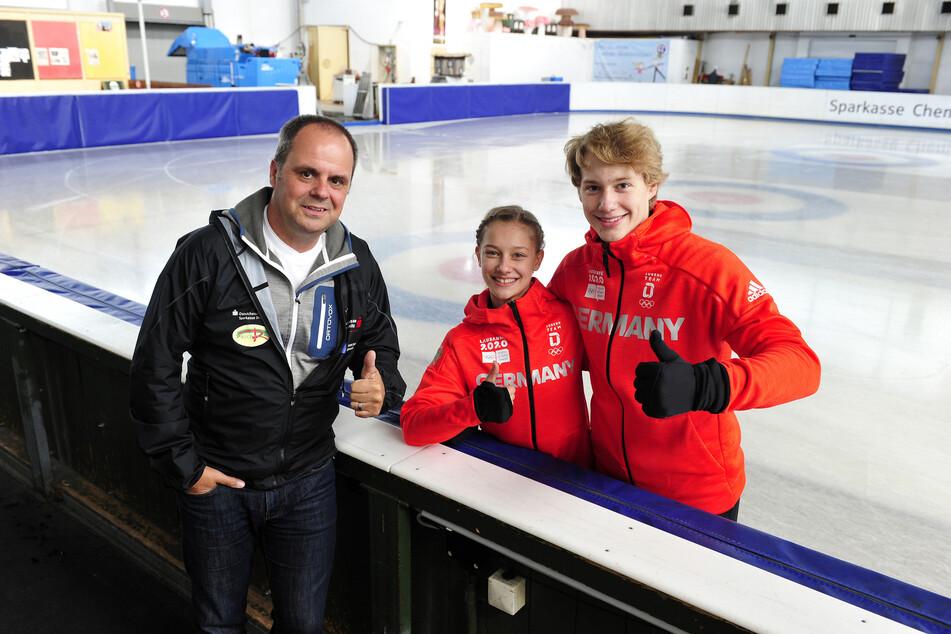 Der Eiskunstlauf-Bundesstützpunkt in Chemnitz ist gerettet - darüber freuen sich Laufbahnberater Ronny Kaiser (48) sowie die Paarläufer Letizia Roscher (15) und Luis Schuster (19).