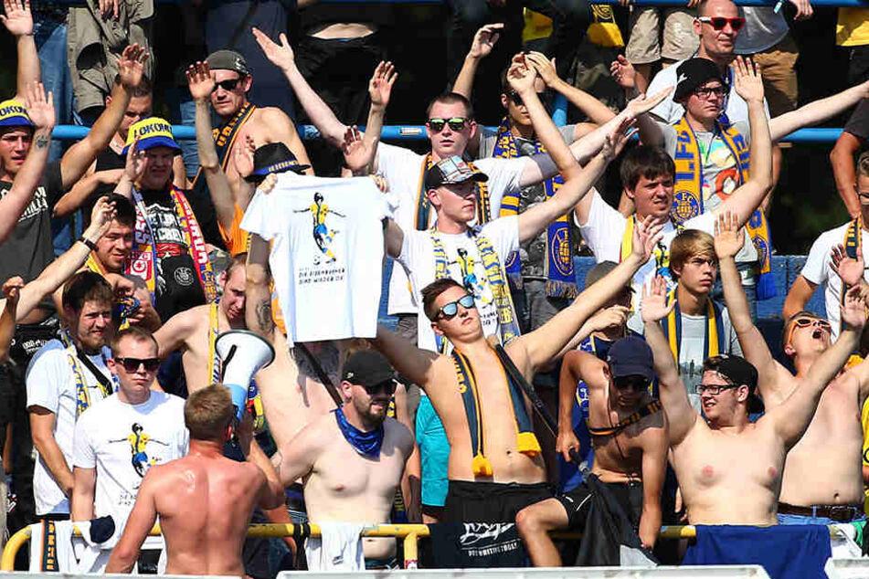 Lok-Fans supporten ihr Team, einige Anhänger drehten jedoch durch.