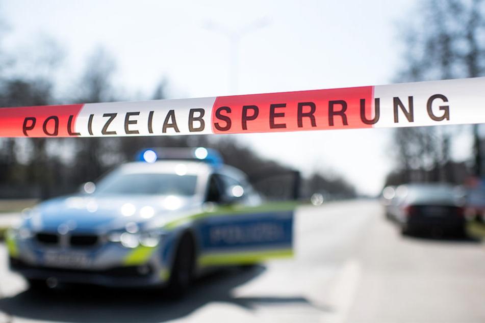 Die Polizei fahndet weiterhin nach den mindestens fünf Männern, die sechs Personen attackiert haben sollen.