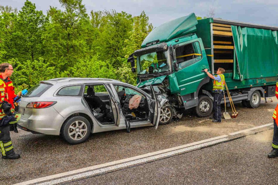 Frau lebensgefährlich, Kinder schwer verletzt: Auto kracht frontal in Lastwagen!