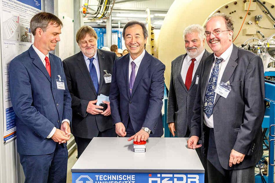 Symbolischer Start des Teilchenbeschleunigers: Physik-Nobelpreisträger Takaai Kajita (Mitte) durfte den Knopf drücken.