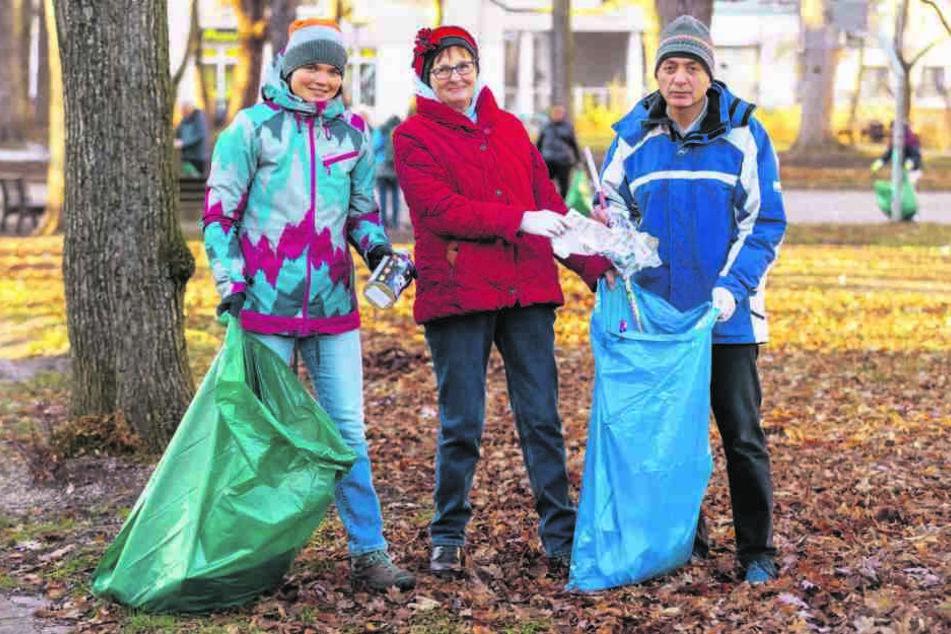 Franka Berger (26), Christine Schulze (65) und Nader Zabze (50) halfen beim Neujahrsputz auf dem Sonnenberg.