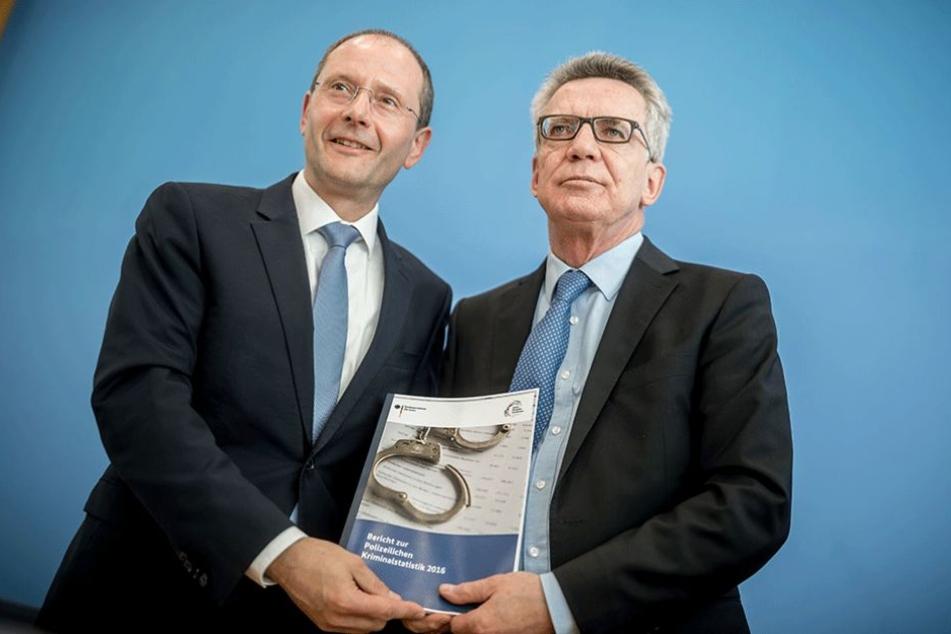 Sachsens Innenminister Markus Ulbig (li.) und Bundesinnenminister Thomas de Maizière präsentierten am Montag in Berlin die Kriminalitätsstatistik 2016.