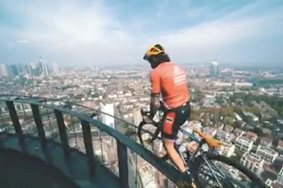 Wahnwitz in etwa 140 Meter Höhe: Vittorio Brumotti auf dem Henninger Turm in Frankfurt.