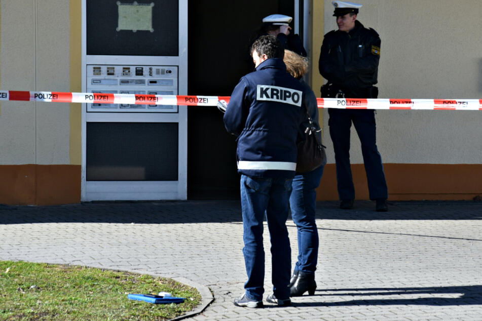 Mann (50) in eigener Wohnung ermordet: Polizei geht ersten Spuren nach