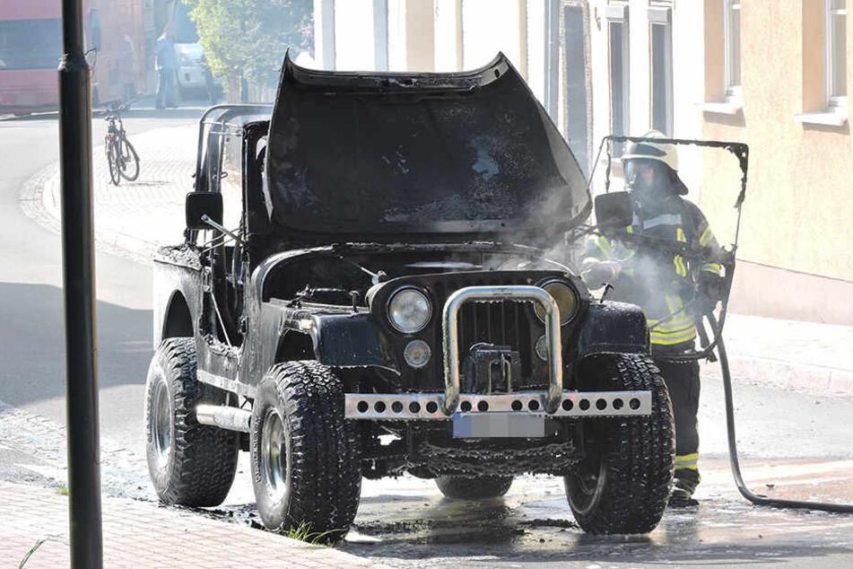 Der Jeep fing im Grimmaer Ortsteil Großbardau während der Fahrt Feuer.