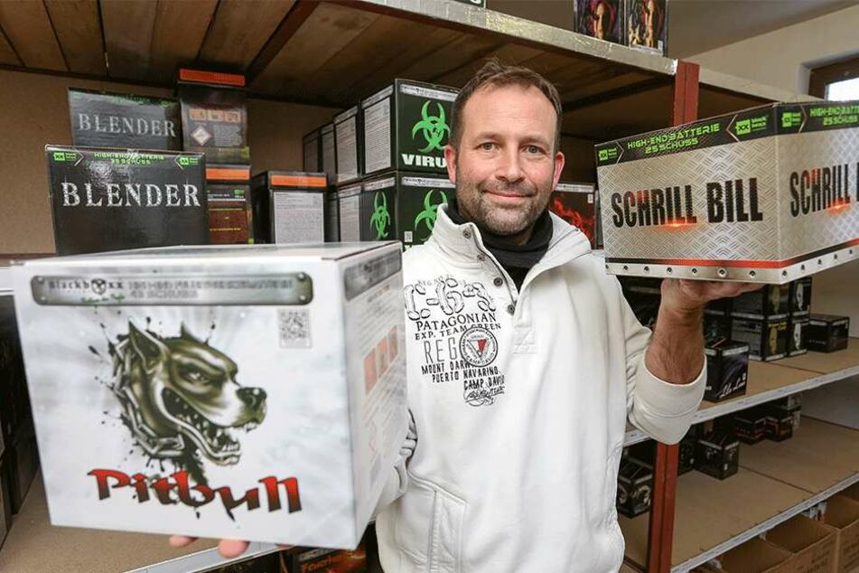Die Pyro-Schmiede Blackboxx aus Kühnhaide im Erzgebirge hat viele Neuheiten, so Firmenchef Andreas Voigt (48). Besonders Feuerwerksbatterien sind gefragt.