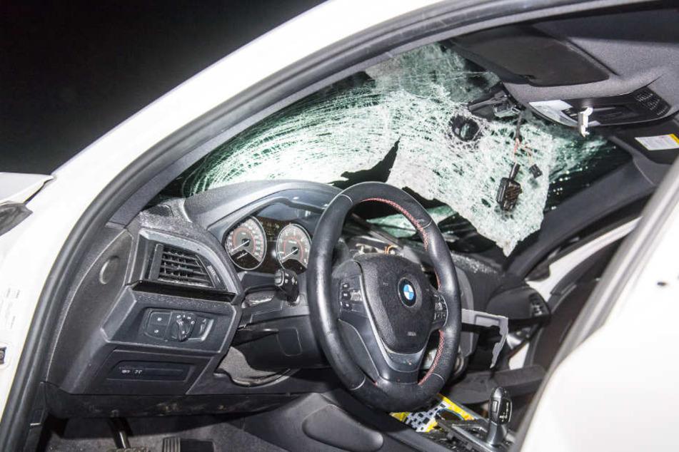 In diesem BMW wurde eine 58-jährige Dänin vor wenigen Tagen schwer verletzt. Ein fußballgroßer Brocken hatte die Scheibe durchschlagen.