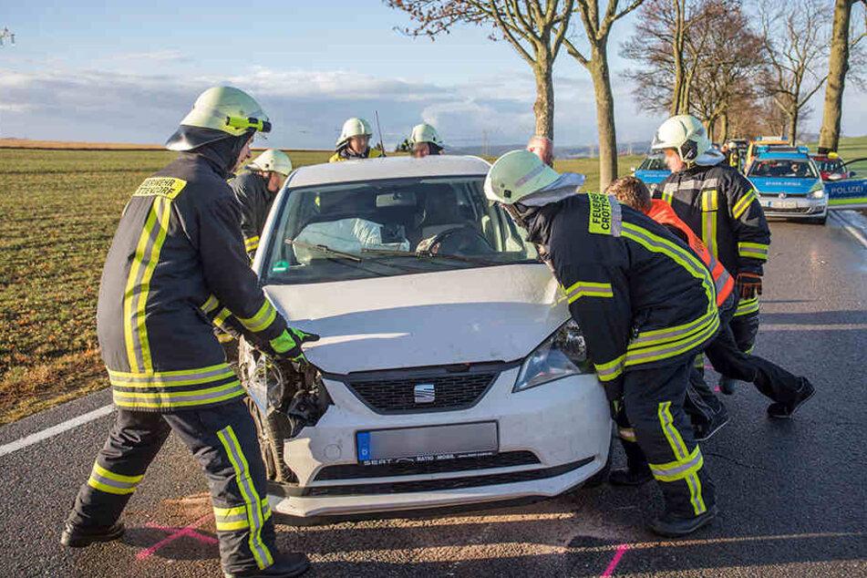 Mit viel Muskelkraft versetzten die Feuerwehrleute das Auto, um die Strecke zumindest teilweise befahrbar zu machen.